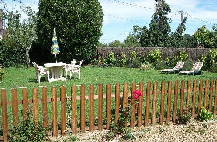 Le jardin privatif avec salon de jardin et bains de soleil